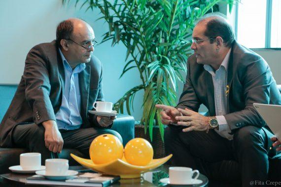 O ministro Reymi, ouve atentamente o vice-governador Daniel Pereira, enquanto saboreia um cafezinho rondoniense