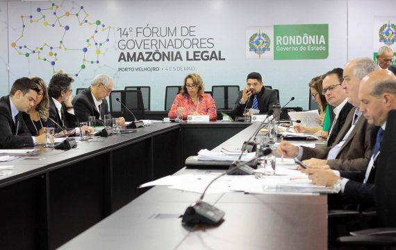 Procuradores e autoridades dos nove estados da Amazônia Legal durante a leitura do projeto do Protocolo de Intenções
