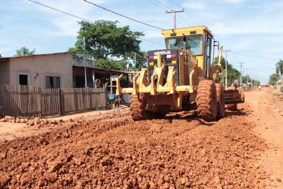 Máquinas trabalham no cascalhamento de onze ruas no Bairro Ayrton Sena