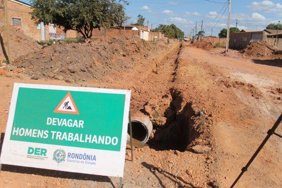 Homens e máquinas do DER iniciaram o serviço de raspagem e limpeza das ruas, o deslocamento das manilhas para os locais que receberão a drenagem e a escavação do solo